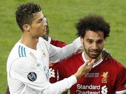 Cristiano Ronaldo consola Salah. EPA