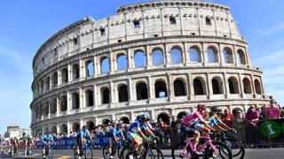 Chris Froome, 33 anni, vincitore del Giro 2018, in rosa davanti al Colosseo. Ansa