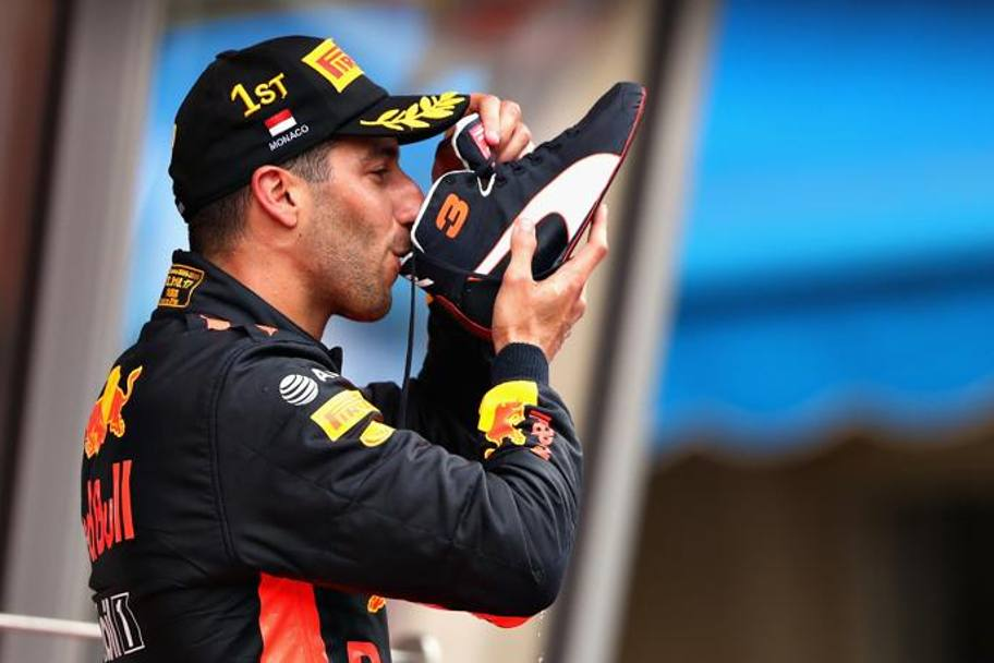 Daniel Ricciardo festeggia con lo
