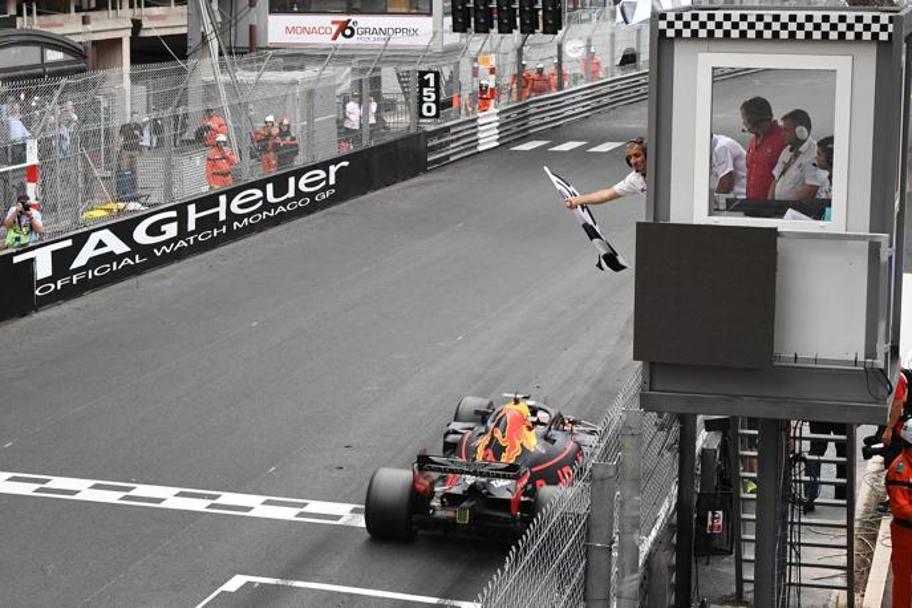 Daniel Ricciardo taglia il traguardo per primo nel Gran Premio di Monaco. Per lui è la settima vittoria assoluta in Formula 1. Foto: AFP.