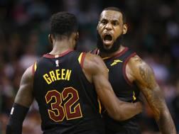 LeBron James ancora decisivo al TD Garden. Eccolo festeggiare la vittoria e l'approdo alle Finals con Green.