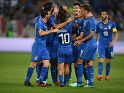 La Nazionale festeggia il gol di Balotelli. Getty