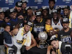 I Warriors posano con il trofeo della Western Conference.