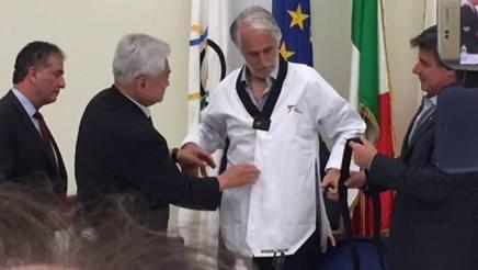 Giovanni Malagò, presidente Coni, indossa il dobok assistito da Chwong Choue (presidente federazione internazionale) e Angelo Cito (presidente Fita)