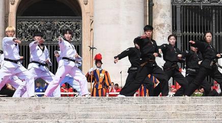 L'esibizione degli atleti coreani in Vaticano