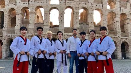Andrea Maddaluni con gli atleti della Corea