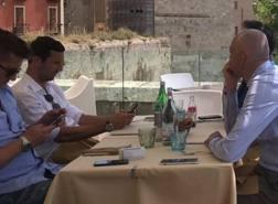Il pranzo a Cagliari tra il croato  Darijo Srna, 36 anni,  e il d.g. dei sardi Mario Passetti . Foto sardegnasport.com