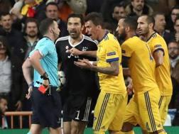 Gigi Buffon e l'arbitro Oliver. Epa