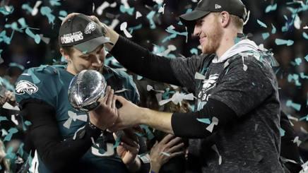 NIck Foles e Carson Wentz, qb di Philadelphia, dopo il trionfo nel Super Bowl. Ap