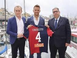 Mimmo Criscito mostra la sua nuova numero 4 del Genoa