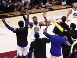 Kevin Durant, 29 anni, inarrestabile in gara-3: i Warriors si complimentano. Apa