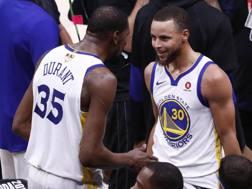 Kevin Durant e Steph Curry, trionfatori a Cleveland. Epa