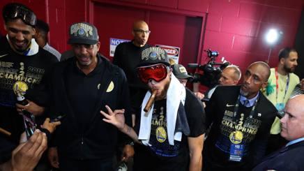 Stephen Curry con un sigaro dopo il successo del terzo anello in quattro anni. Al suo fianco il padre Dell Curry e Shawn Livingston. Afp