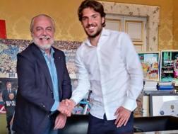 Il presidente del Napoli, Aurelio De Laurentiis, con il neo acquisto Simone Verdi