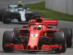 Sebastian Vettel davanti alla Mercedes di Bottas. Lapresse