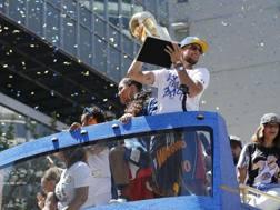 Steph Curry col Larry O'Brien Trophy. Epa