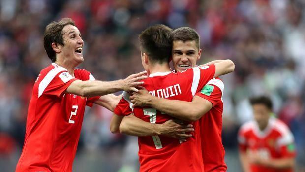 L'esultanza russa dopo il gol di Golovin. Getty Images