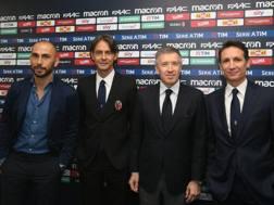 Filippo Inzaghi insieme al dirigenza rossoblù. LAPRESSE