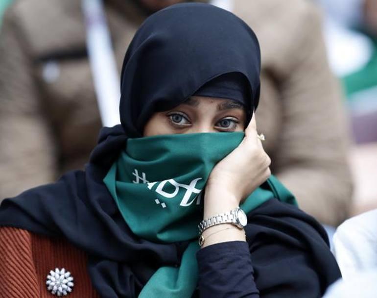 Lo sguardo di una supporter dell'Arabia Saudita Cenerentola del Gruppo A. AP