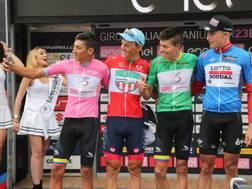 Selfie sul podio della maglia rosa Osorio con Lonardi (rossa), C. Munoz (verde) e  Colman (azzurra). ISOLAPRESS