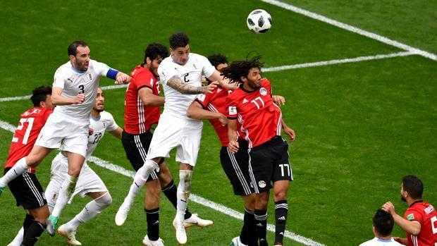 Il colpo di testa vincente di Gimenez. Getty Images