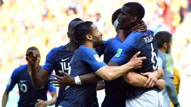Paul Pogba festeggiato dai compagni dopo il gol decisivo. Afp