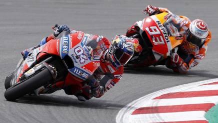 Andrea Dovizioso davanti a Marc Marquez. Epa