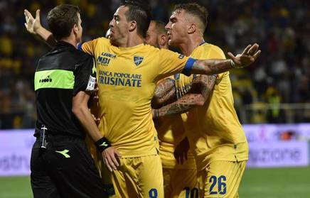 I giocatori del Frosinone accerchiano l'arbitro . Getty