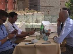 Darijo Srna, 36 anni, con i dirigenti del Cagliari in Sardegna lo scorso 4 giugno