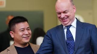Li Yonghong e Marco Fassone. LaPresse