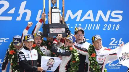Fernando Alonso (3° a sin) sulla Toyota TS050 Hybrid esulta coi compagni sul podio a Le Mans. Afp