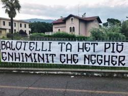 Lo striscione esposto da Forza Nuova contro Mario Balotelli a Brescia