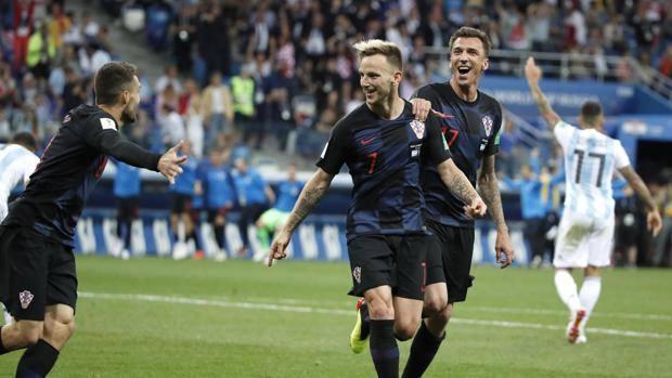 Rakitic festeggiato dopo il gol del 3-0. Epa