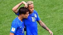 Coutinho e Neymar esultano dopo il 2-0. Afp