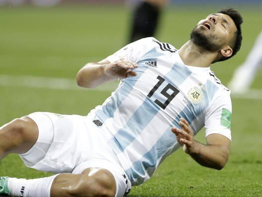 Argentina, volano stracci Il Kun scarica Sampaoli