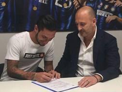 Matteo Politano, 24 anni, insieme a Piero Ausilio durante la firma del contratto