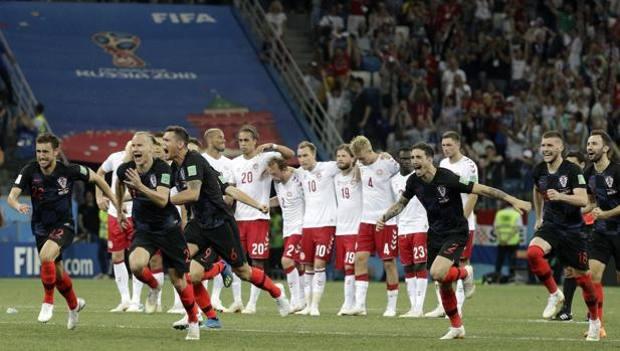 Rakitic segna il rigore vincente, festa croata. Ap