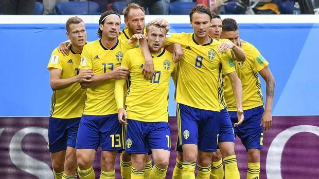 Festa svedese dopo il gol di Forsberg. Ap