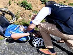 I primi soccorsi a Goolaerts alla Roubaix. Afp