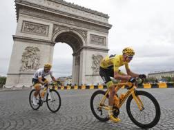 Il passaggio di Chris Froome, 33 anni, sotto l'Arco di Trionfo al Tour 2017 AP