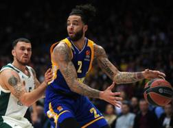 Tyler Honeycutt, 28 anni, in azione contro Mike James del Panathinaikos nell'ultima Eurolega AFP