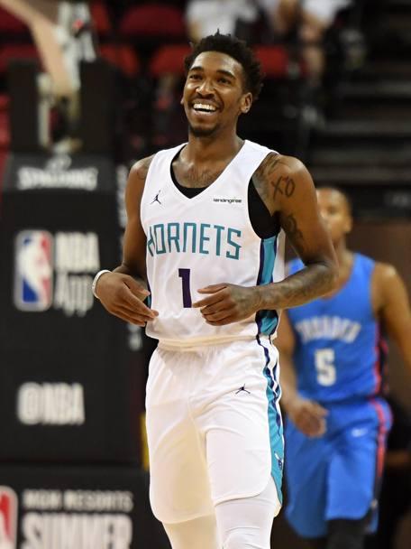 Ap Malik Monk mostra la maglia degli Charlotte Hornets. 95196edc1a4d