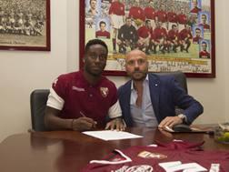 Soualiho Meité, 24 anni, insieme a Gianluca Petrachi, 49 anni, durante la firma del contratto. TorinoFC