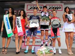 Sul podio di Omegna fa festa la statunitense Ruth Winder, 25 anni, che indossa anche la maglia rosa; con lei, la connazionale Wiles e Alice Maria Arzuffi. OSSOLA