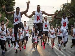 Giannis Antetokounmpo (al centro) col fratello Thanasis durante la AntetokounBros 5k run.