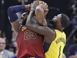 LeBron James e Lance Stephenson durante il primo turno dei playoff 2018. Ap