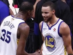 Kevin Durant e Steph Curry, ancora colonne dei Warriors. Epa