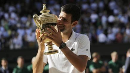 Novak Djokovic in estasi col trofeo londinese. Ap