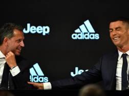 Fabio Paratici insieme con Cristiano Ronaldo in conferenza stampa