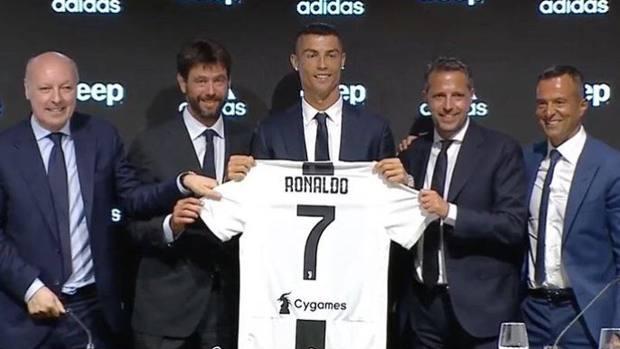 Ronaldo insieme ad Andrea Agnelli, Marotta, Paratici e Jorge Mendes